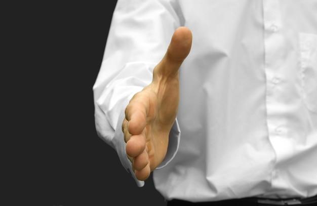 Человек с открытой рукой готов заключить сделку
