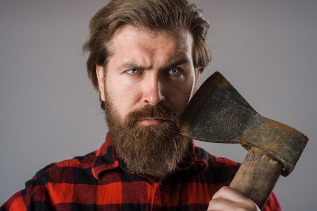 Человек с топором канадский дровосек бородатый мужчина со старым топором в руках бородатый дровосек