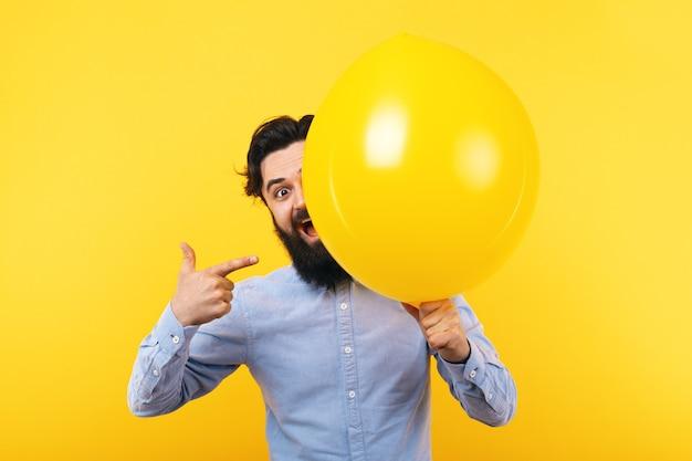 風船を持つ男、前向きな気分のコンセプト