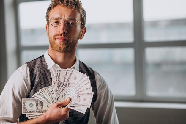 스튜디오에서 고립 된 지폐를 가진 남자