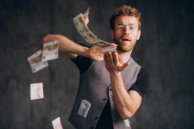 带着钞票的人被隔离在工作室里