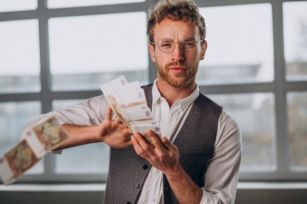 Uomo con banconote isolate in studio