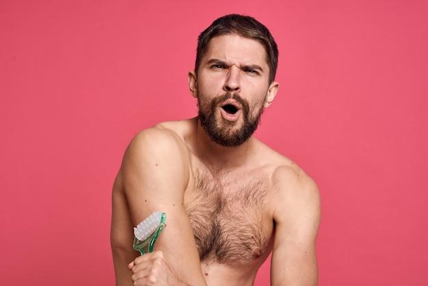 裸の肩のボディマッサージャーの肌を持つ男
