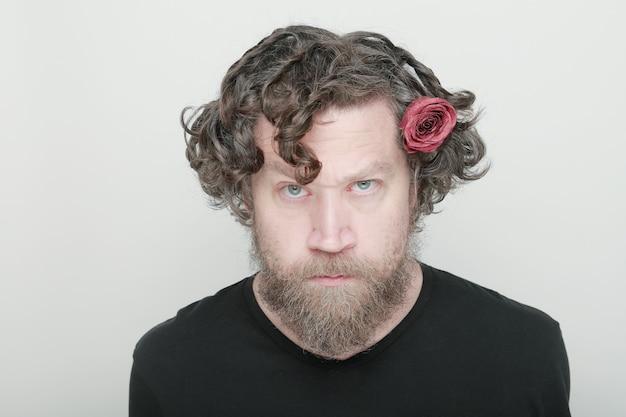 Мужчина с бородой и цветком в волосах