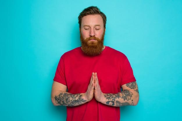 あごひげを生やした男が許しを求めて祈る