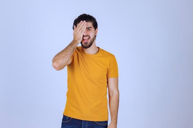あごひげを生やして顔の一部を覆って笑っている男