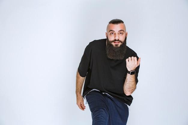 수염이 춤을 추거나 특별한 포즈를 취하는 남자.