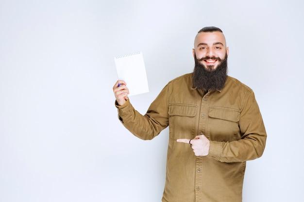 Мужчина с бородой демонстрирует свой проект и ждет отзывов.