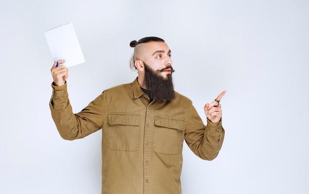 彼のプロジェクトをデモンストレーションし、レビューを待っているひげを持つ男。