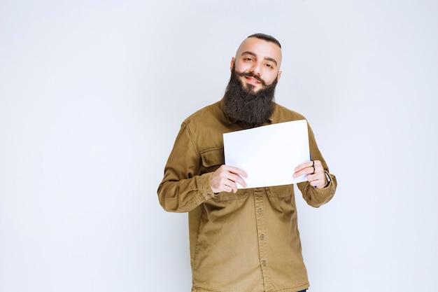 Uomo con la barba che dimostra il suo progetto e in attesa di recensioni.