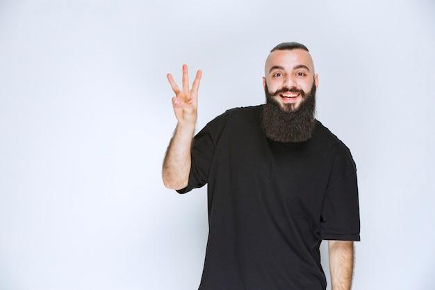 Мужчина с бородой приветствует своих друзей.
