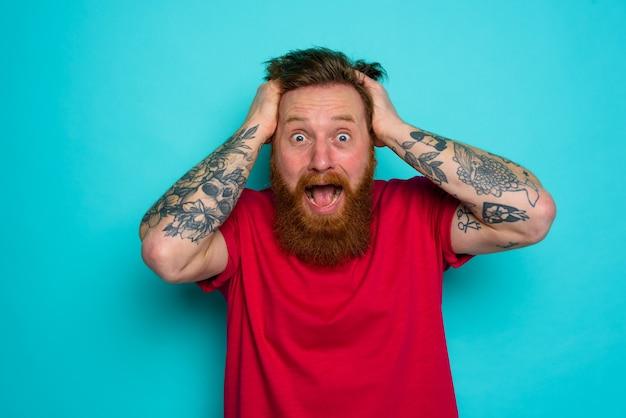 수염을 가진 남자는 혼란스럽고 스트레스를받습니다.