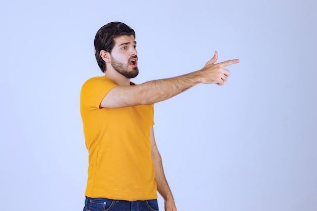 あごひげを生やした男は攻撃的で怒っているように見えます
