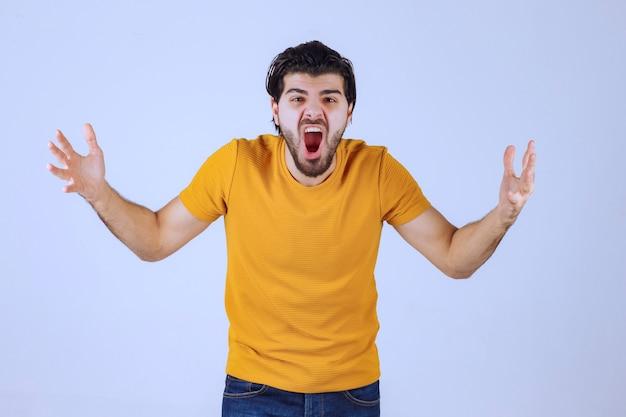 L'uomo con la barba sembra aggressivo e arrabbiato Foto Gratuite