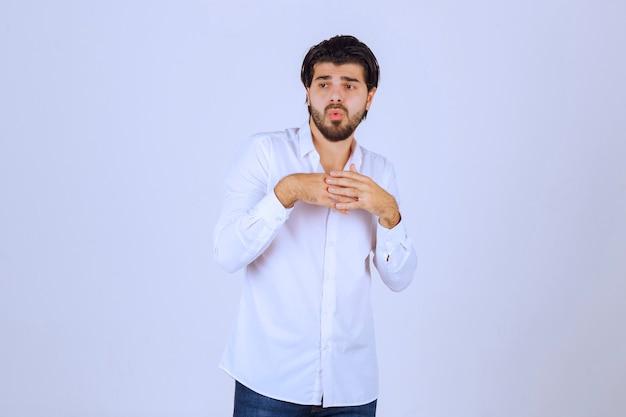 수염을 가진 남자는 혼란스럽고 길을 잃은 것처럼 보입니다.