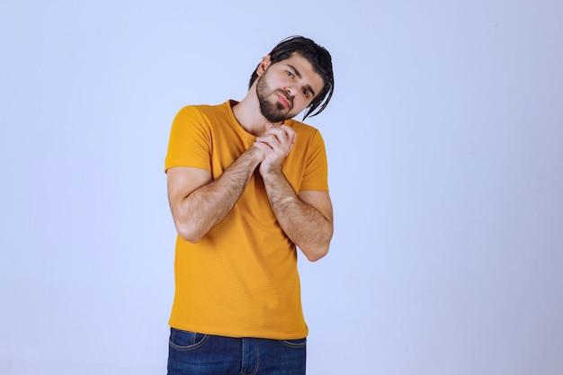 수염을 가진 남자는 혼란스럽고 잃어버린 것처럼 보입니다.