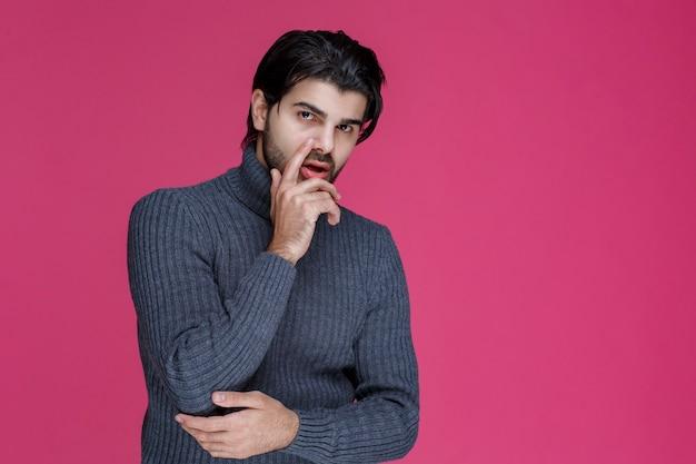 수염을 가진 남자는 무언가에 대해 혼란스럽고 경험이 없어 보입니다.