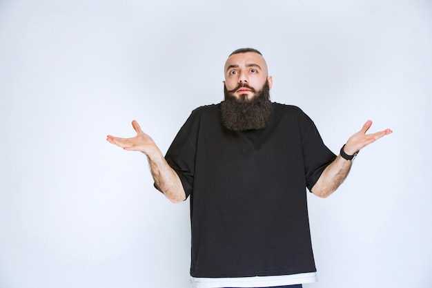 L'uomo con la barba sembra confuso ed esitante.