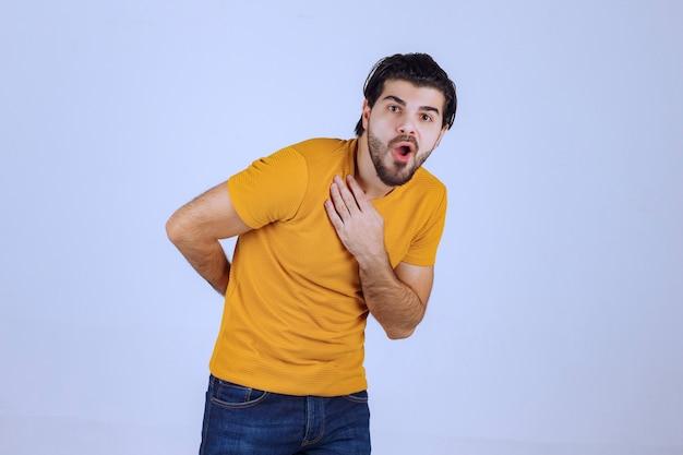 수염을 가진 남자는 무서워하고 겁 먹은 것처럼 보입니다.