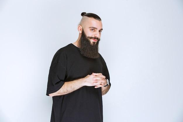 L'uomo con la barba sembra pensieroso e sognante.