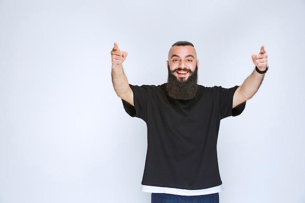 目の前にいる人に気付くひげを生やした男。