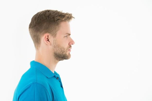 Мужчина с бородой на небритом лице в профиль. бородатый мужчина в голубой футболке. фотомодель со стильными волосами, изолированными на белом. уход за кожей и парикмахерская. стиль или тенденция и концепция прически, копия пространства.
