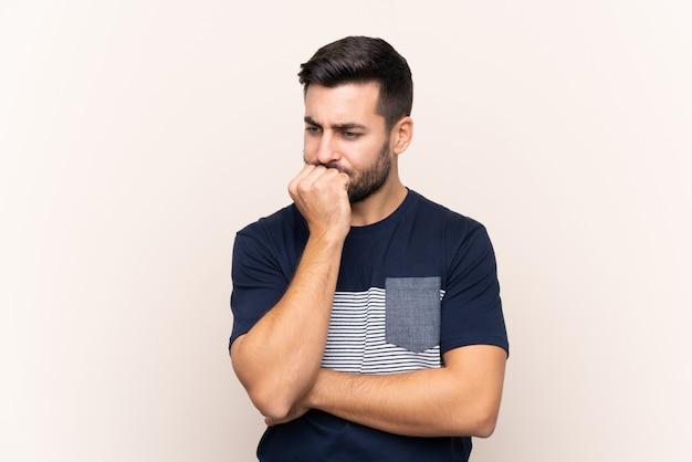 Человек с бородой над стеной
