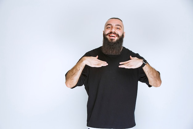 あごひげを生やした男が自分を指しています。