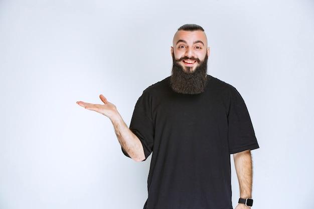周りの誰かを指さしているひげを生やした男。
