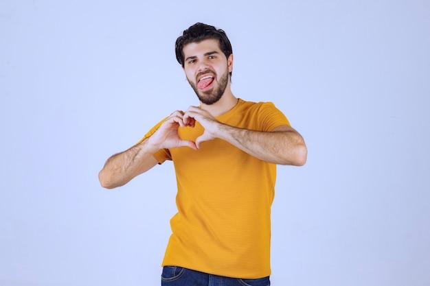 愛と前向きなエネルギーを送るあごひげを持つ男