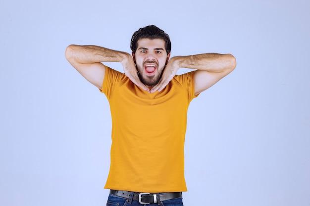 Uomo con la barba che invia amore ed energia positiva