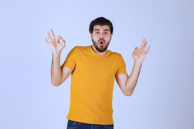 Uomo con la barba che mostra un cerchio segno ok