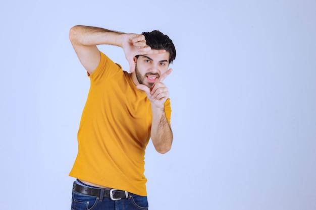 패자 손 기호를 보여주는 수염을 가진 남자
