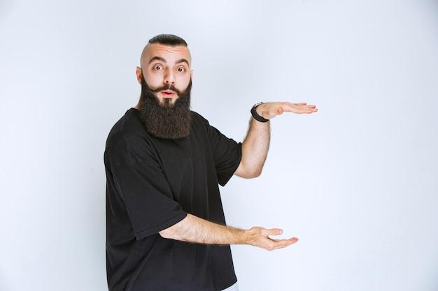 オブジェクトの寸法を示すひげを生やした男。