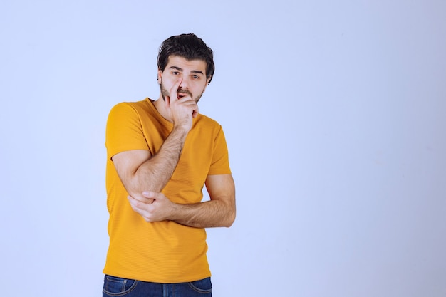 あごひげ思考とブレーンストーミングを持つ男