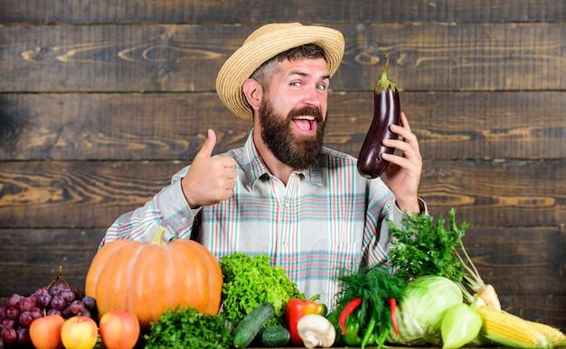 수염 나무 배경을 가진 남자입니다. 유기농 원예 개념입니다. 유기농 야채와 농부입니다. 원예 및 농업 시스템은 특정 기술을 규정합니다. 유기농 작물을 재배하십시오. 국내 유기농 식품.