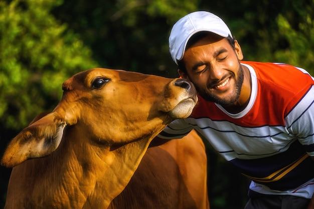 美しい牛を持つ男と牛と遊ぶ男-動物愛護画像