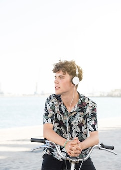 자전거 야외에서 헤드폰에서 음악을 듣고 남자