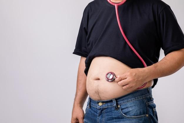 大きなお腹と聴診器を持つ男