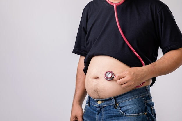 Человек с большим животом и стетоскопом