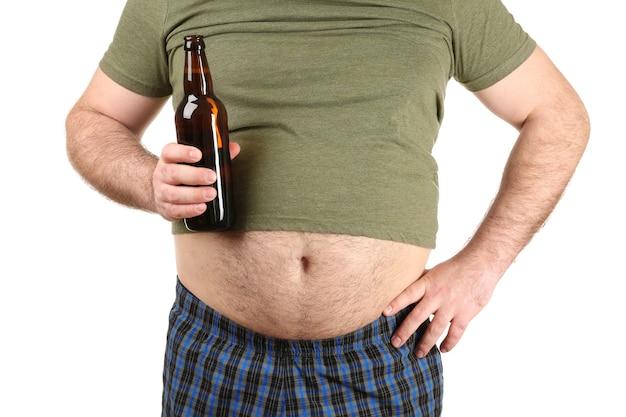 白い背景の上のビールのボトルを保持している大きな腹を持つ男