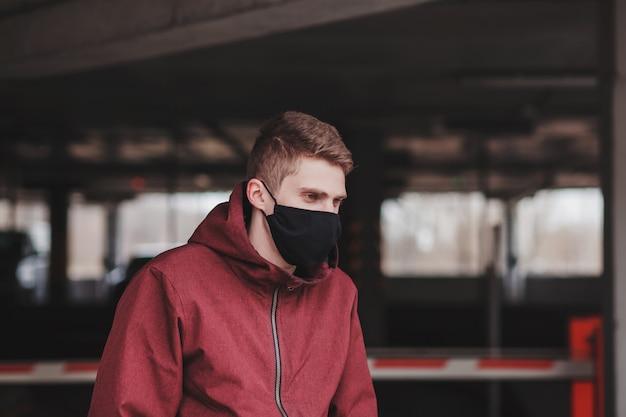 市で黒いフェイスマスクを持つ男