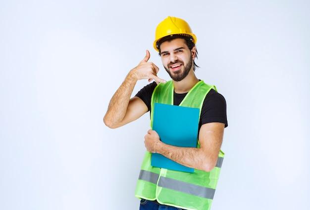 Uomo con una cartella blu che chiede una chiamata.