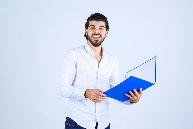 L'uomo con una cartella blu si sente di successo
