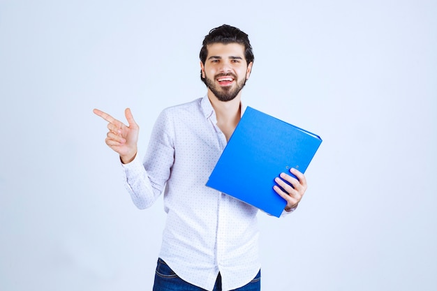 Man with a blue folder introducing his colleague on the left