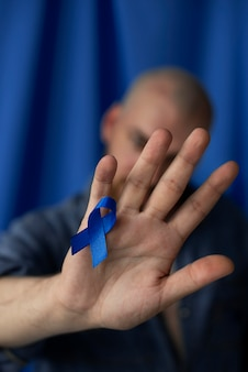 Человек с голубой лентой ноября