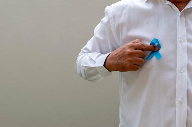 Человек с голубой лентой на груди. синий ноябрь. месяц профилактики рака простаты. здоровье мужчины.