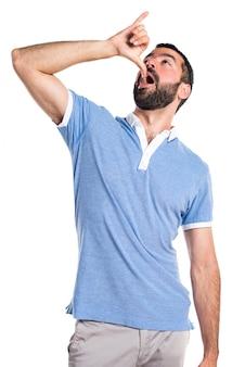 Человек с голубой рубашкой делает пьяный жест