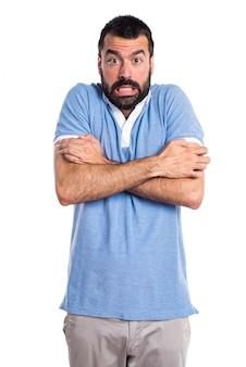 Uomo con camicia blu congelamento