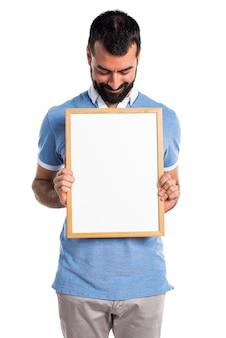 빈 현수막을 들고 파란 셔츠를 가진 남자